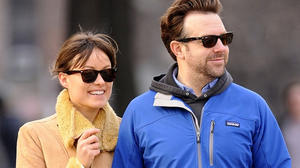 olivia-wilde-and-jason-sudeikis-are-seen-strolling-arm-and-arm-as-they-grab-some-coffee-together-on-new-years-day-in-nyc-600x450